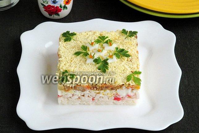 Салат из крабовых палочек с яйцами, рисом и грибами