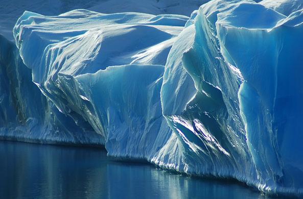 Российские нефтяники сдвинули гигантский айсберг в Арктике