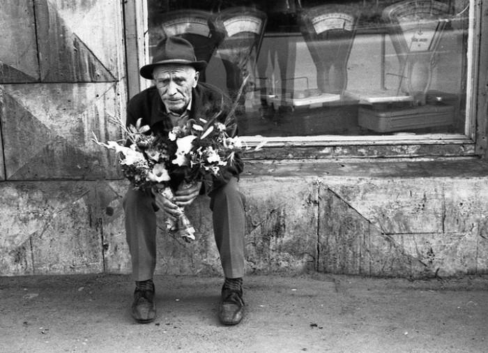Уличная торговля в центре города. СССР, Новокузнецк, 1980-е годы.