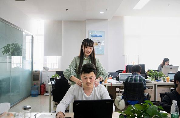 Китайские компании нанимают красивых девушек для своих программистов