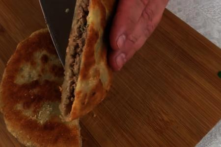 Вкуснее беляшей и чебуреков! лепешки с начинкой: фото шаг 8