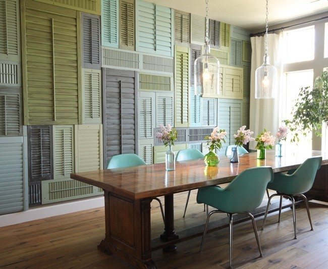 Разноцветные старые ставни для окон в декоре стен квартиры