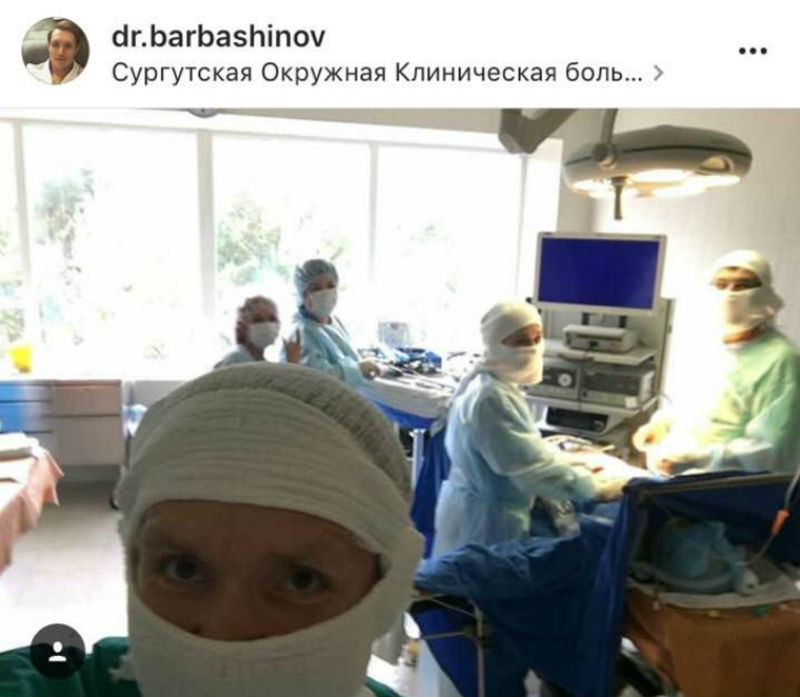 В Сургуте проктолог делал селфи на фоне пациента во время операции