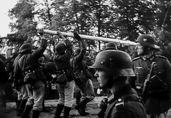 Немцы сносят шлагбаум на границе. Польша