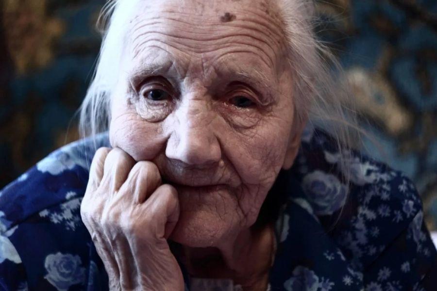Хамка сказала бабушке в трамвае, что она воняет....