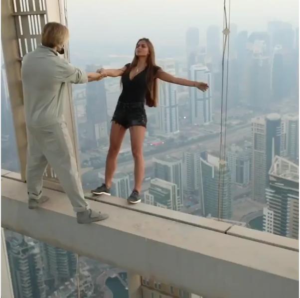 Ради лайков. Российская модель рискнула жизнью на крыше небоскреба