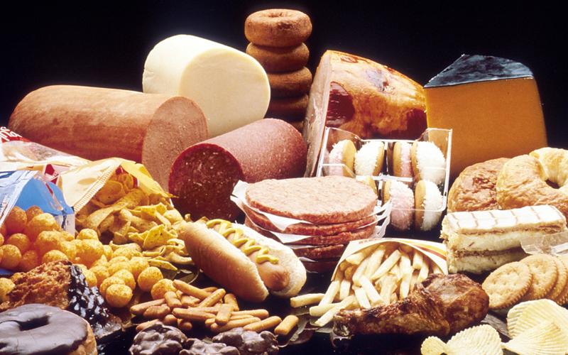Рацион с высоким содержанием жира Холестерин, который врачи и диетологи просто демонизировали за последние полсотни лет, является строительным материалом для всех половых гормонов человека. Еда с высоким содержанием холестерина дает вашему тело сырье для синтеза тестостерона.