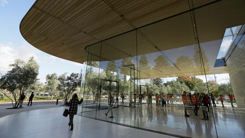 Почему сотрудники новой штаб-квартиры Apple разбивают лбы на работе