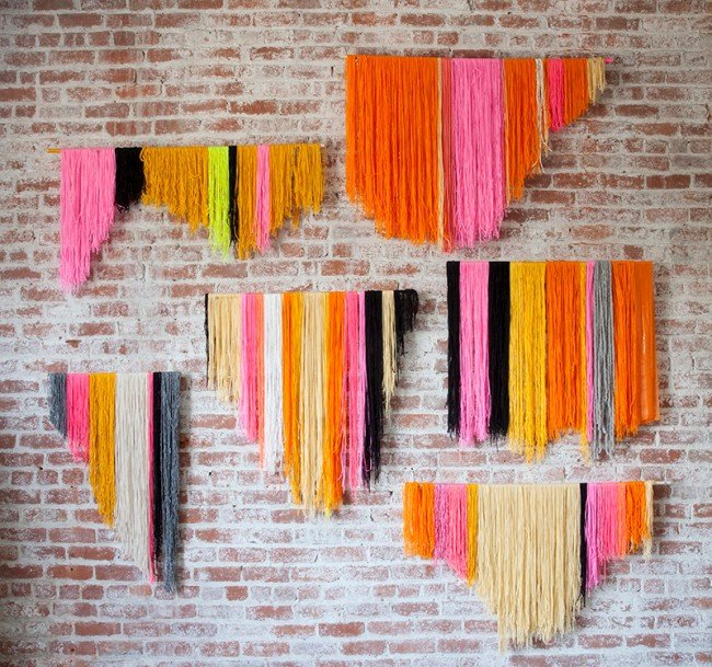 Идея для богемного декора кирпичной стены с помощью вязальной пряжи