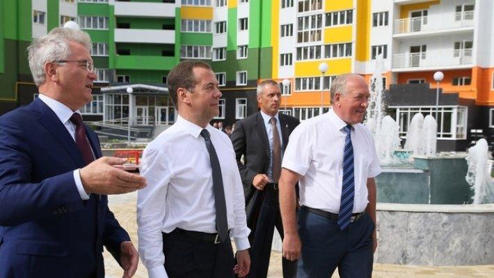 Медведев отметил успехи российских строителей в благоустройстве городов