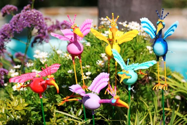 Украшение клумбы и цветника: фигурки на колышке