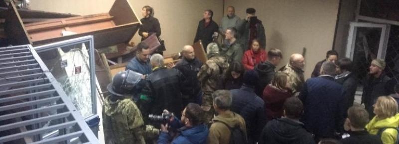 В Киеве бандеровцы разгромили суд и остались в нем ночевать