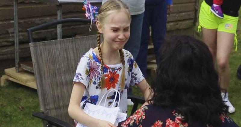Мачеха подарила девочке пакет на день рождения. Когда именинница заглянула вовнутрь, не смогла сдержать эмоции!