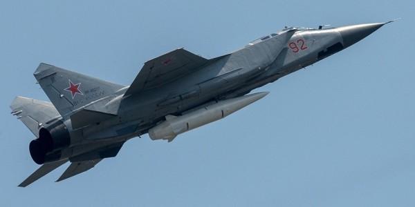"""Истребители Су-57 и гиперзвуковые комплексы """"Кинжал"""" впервые пролетели над Москвой"""