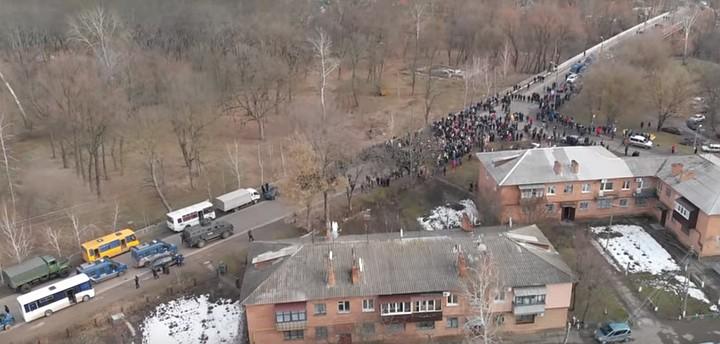 В поселке Новые Санжары протестующие побили окна автобуса с эвакуированными из Китая людьми