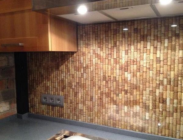 Одна из самых необычных идей декора для кухни: стена из… винных пробок!