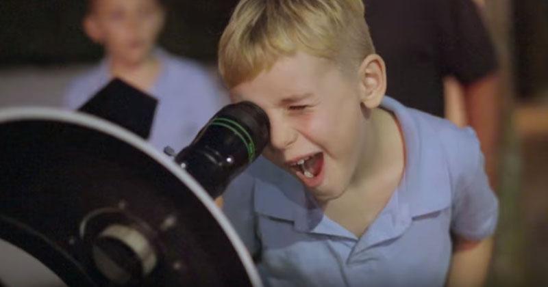 Он купил огромный телескоп, поставил на улице и разрешил прохожим взглянуть через него на небо. Такой Луны вы еще не видели!