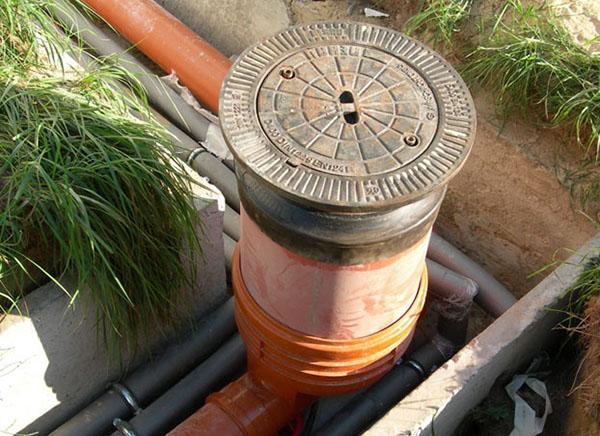водоприемник воды из дренажной трубы