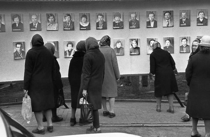 Стенд в центре города с именами и фотографиями передовиков производства. СССР, Новокузнецк, 1980-е годы.