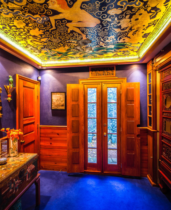 15 стильных интерьеров, которые убеждают, что цветной потолок — отличная идея