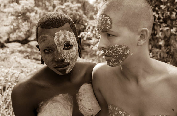 Модель снялась обнаженной с представителями эфиопского племени