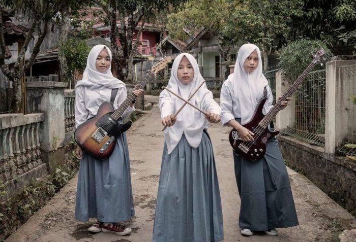 Ломая стереотипы: индонезийские девушки создали мусульманскую металл-группу