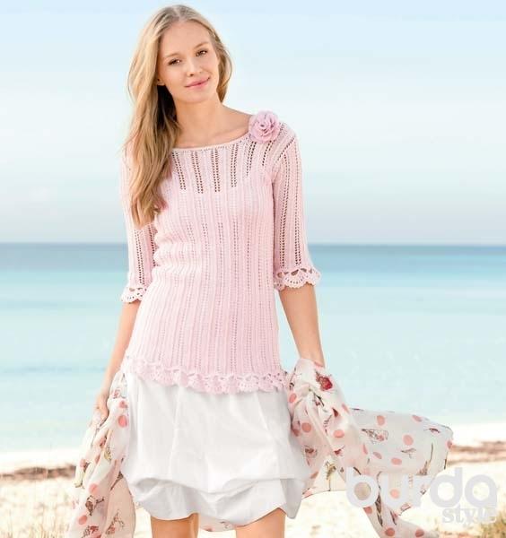 Розовый пуловер спицами с ажурной каймой