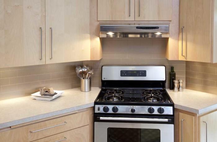 Печка в средней части кухни.