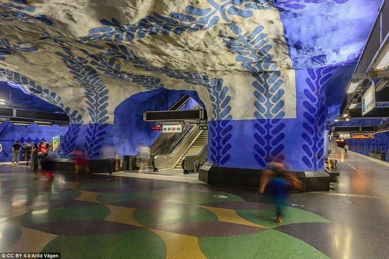 Вход на платформы на синей линии на станции T-Centralen галерея, метро, метрополитен, метрополитены мира, подземка, стокгольм, художественная выставка, швеция