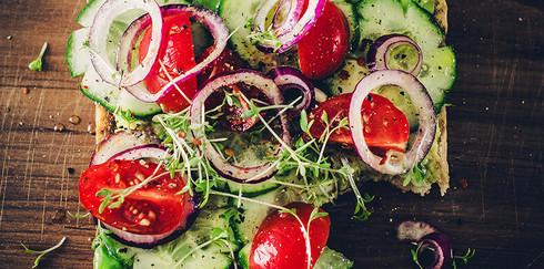 13 рецептов для тех, кто не знает, что делать с огурцами