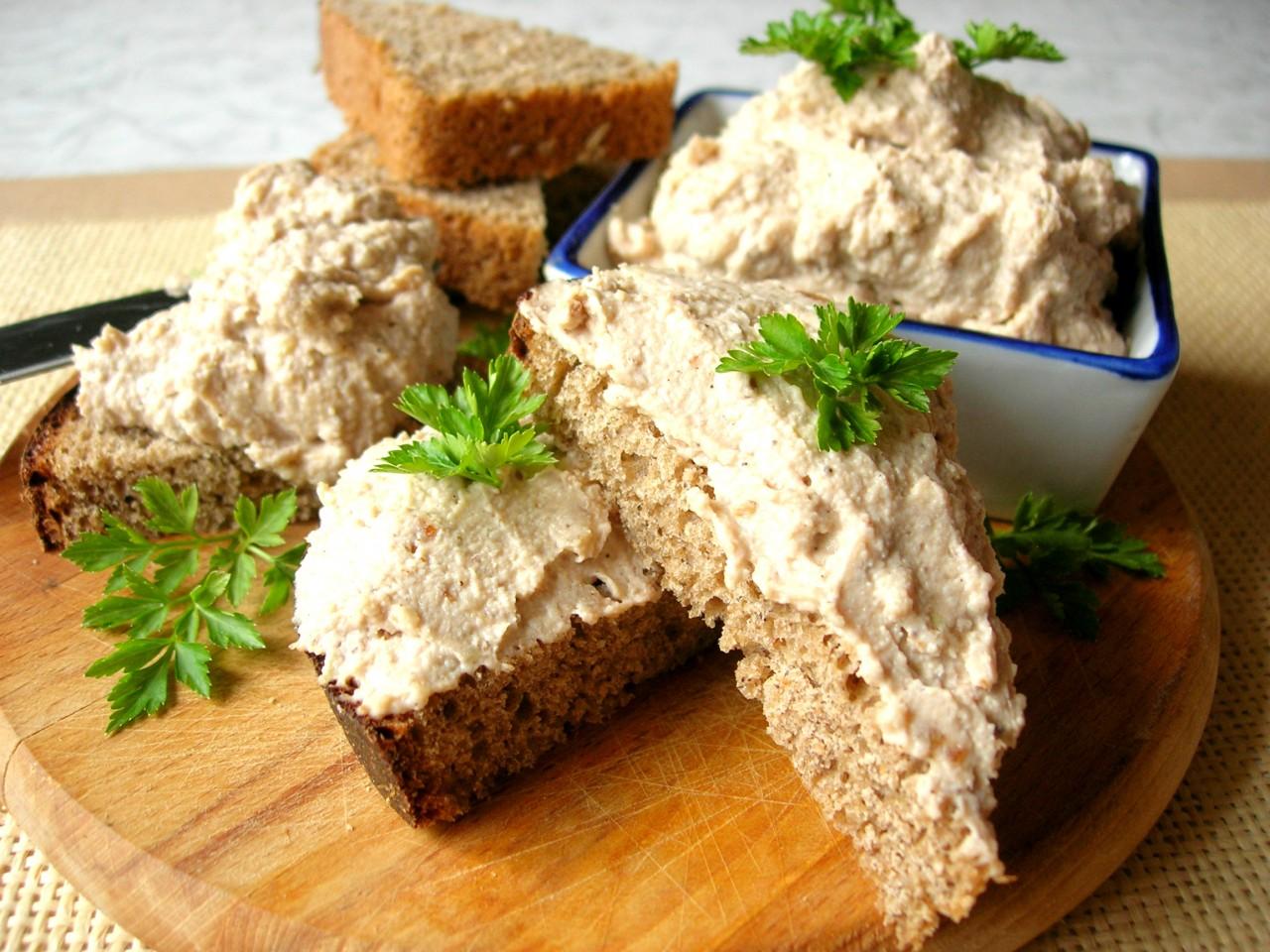 Идея для завтрака – яичный паштет. Как использовать оставшиеся крашенные яйца после Пасхи?