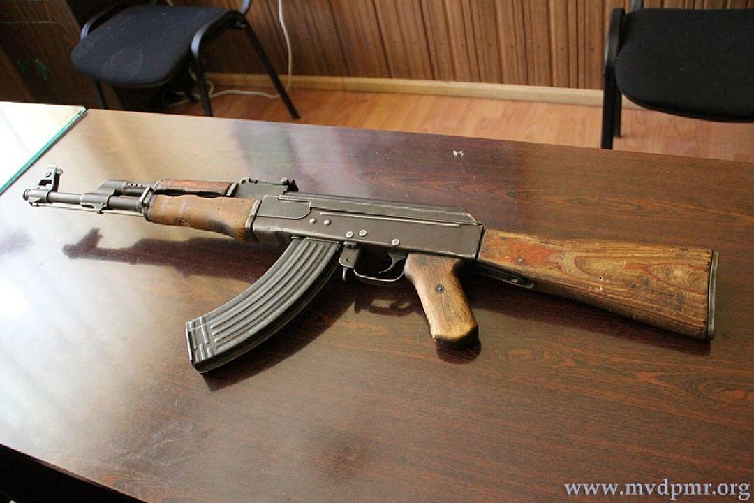 Все это время записка пролежала в прикладе этого автомата (Фото: пресс-служба МВД Приднестровья).