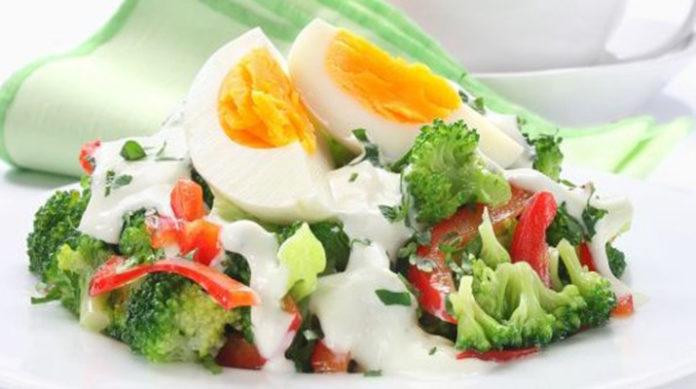 Салат из брокколи с яйцом и помидорами