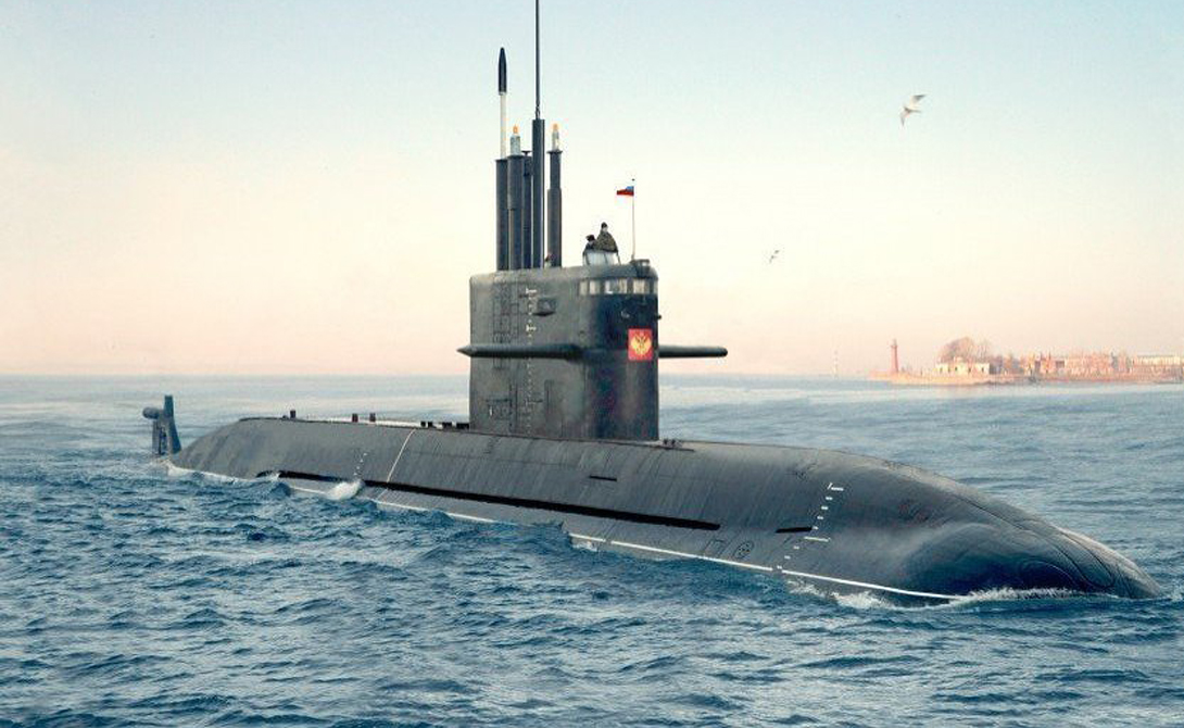 Подводная лодка класса «Амур»Атомные ударные субмарины классов «Борей» и «Северодвинск» можно считать последним козырем России в игре, где победить просто невозможно. А вот более старые разработки подводных лодок дизель-электрического типа вполне могут быть использованы в точечных конфликтах. Исключительная малошумность субмарин класса «Амур» делает их максимально опасным противником даже сверхосвременным крейсерам вроде американского «Замволт».