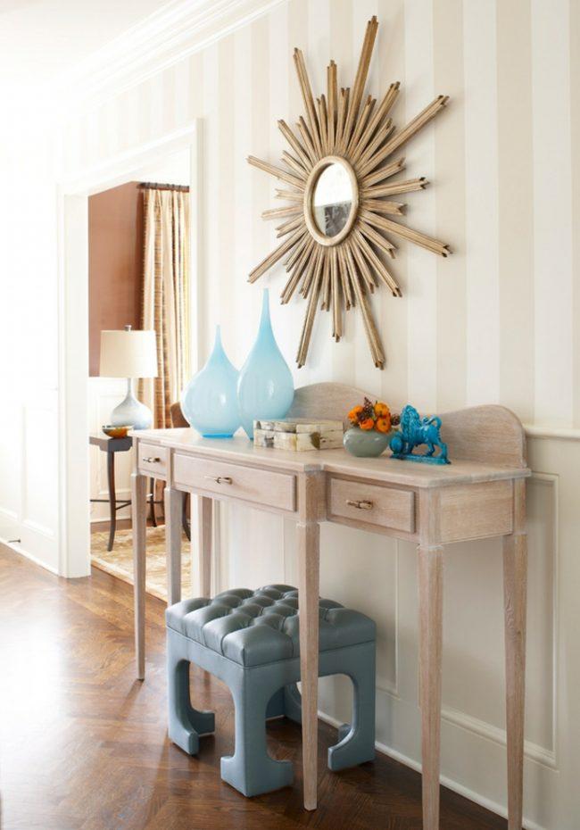 Пляжный стиль прихожей подчеркнут песочно-морские оттенки мебели и аксессуаров