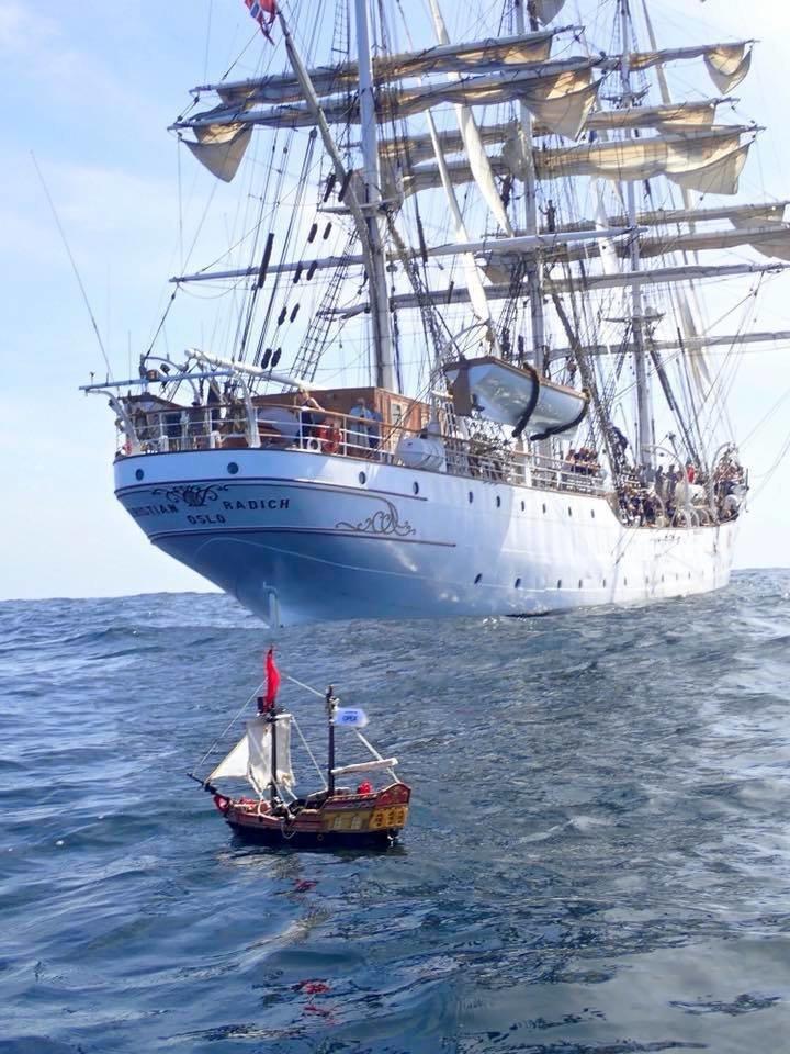 Игрушечный парусный корабль уже почти год бороздит моря и океаны