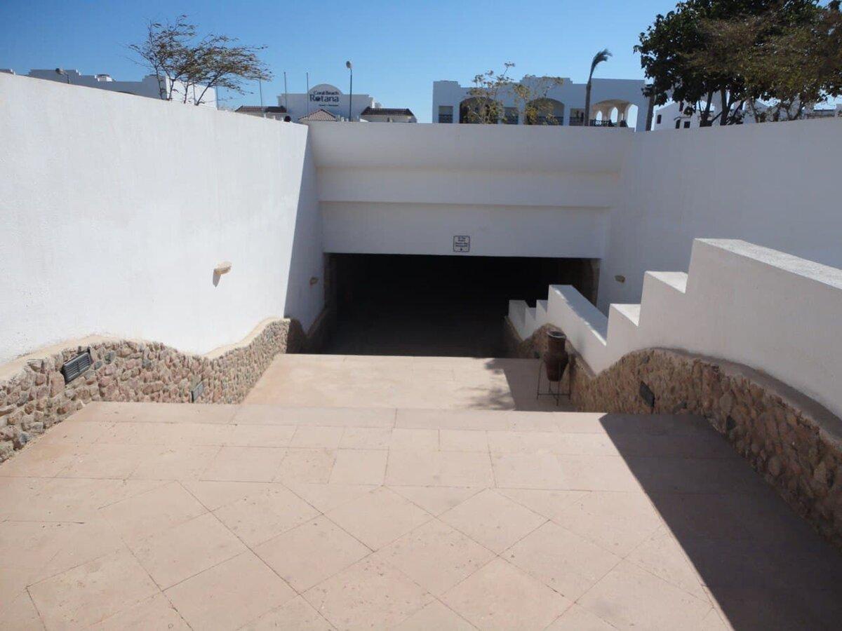 Подземный переход, соединяющий два отеля