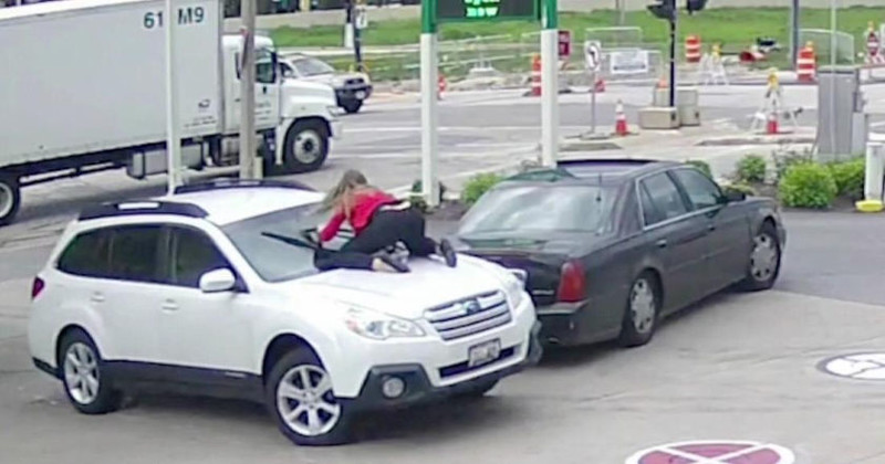 Женщина спасла машину от угона, запрыгнув на ее капот
