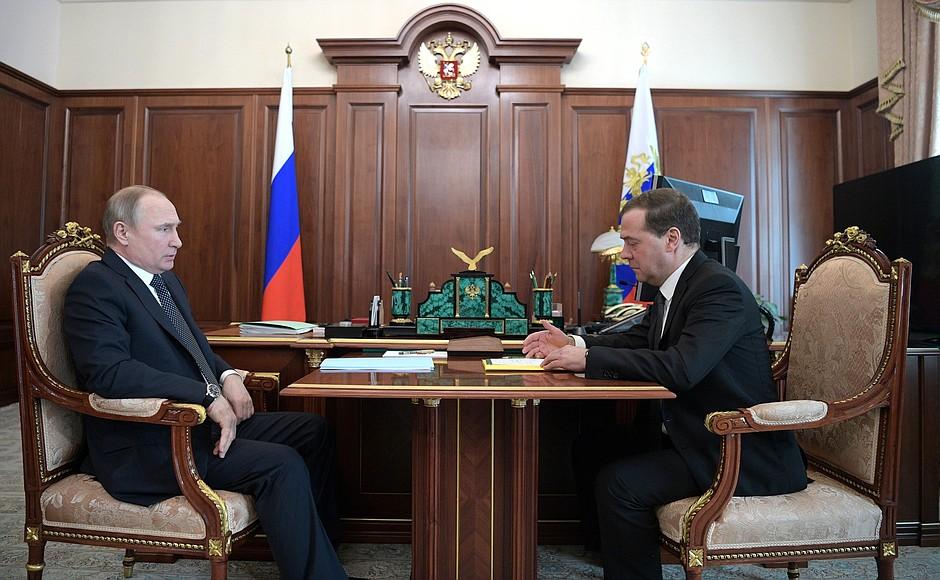 Показатели идут туда,куда вы сказали: Медведев заявил Путину, что ситуация в экономике России абсолютно стабильная