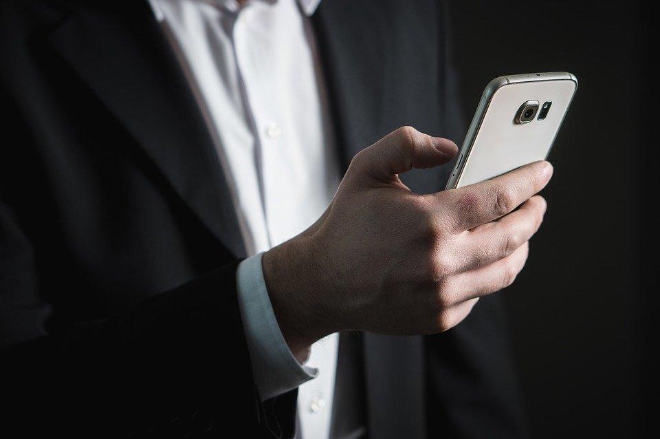 Компания TCL работает над смартфоном, превращающимся в часы