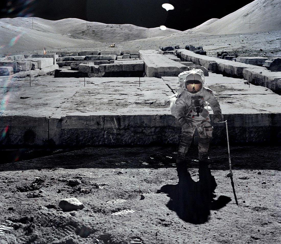 """НАСА в шоке! """"Чужие"""" стягивают силы на свои базы на Луне"""