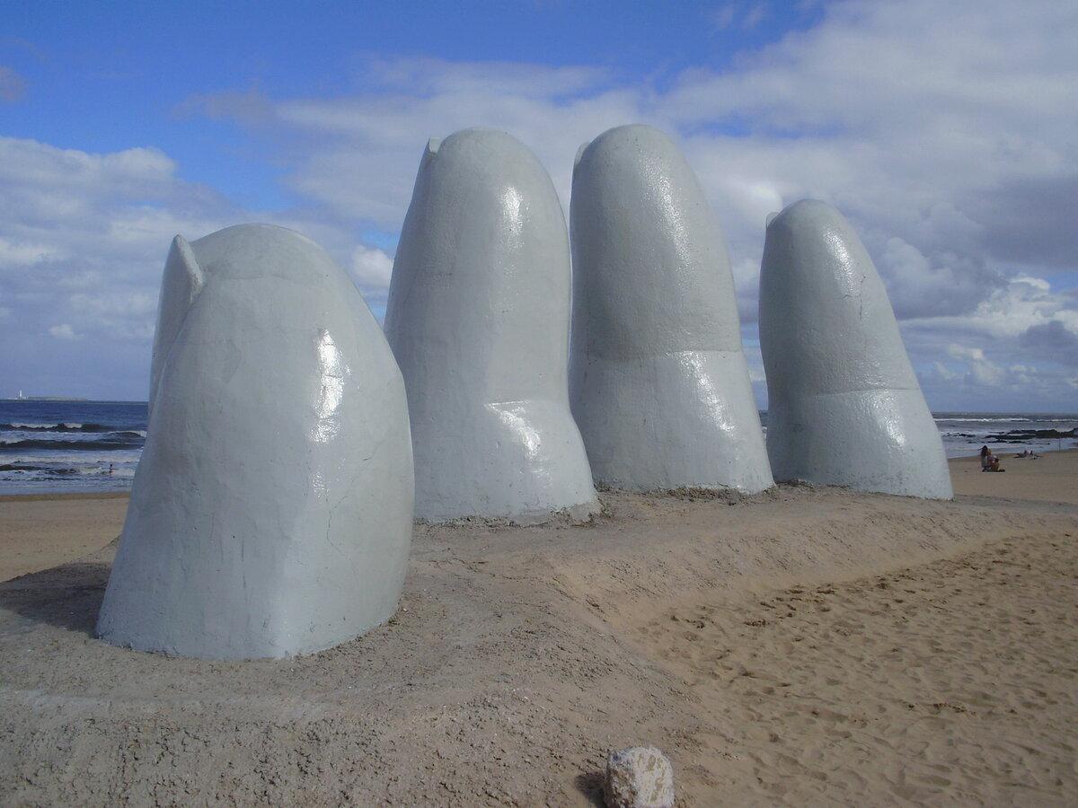Гигантские пальцы: топ-5 необычных скульптур в виде рук