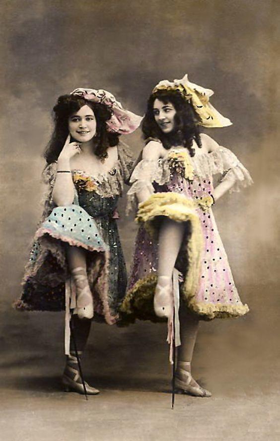 """Следует отметить, что не все салуны были борделями в прямом смысле слова. Многие салуны, хоть и имели девушек для танцев, которые иногда принимали у себя """"поклонников"""", но борделями не считались. девушки, дикий запад, интересное, салун, старые фото"""