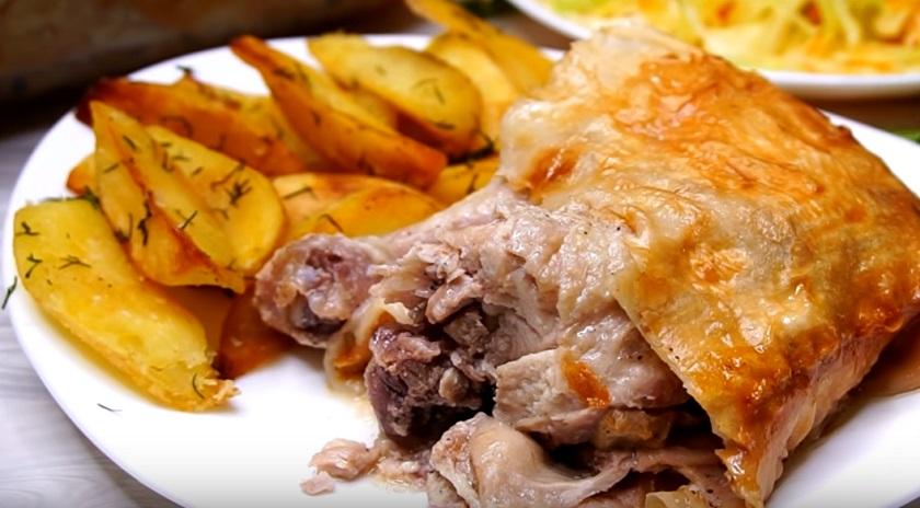 Куриные окорочка в лаваше: плюс жареный картофель – обед, который разлетается на «ура»