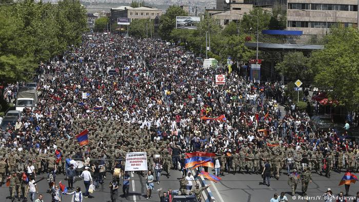 Демонстранты в Ереване, 23 апреля