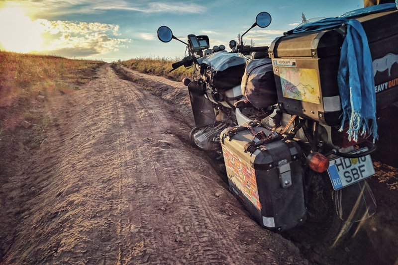 Застряли в канаве монголия, мотоцикл, мотоцикл с коляской, мотоцикл урал, путешественники, путешествие, средняя азия, туризм