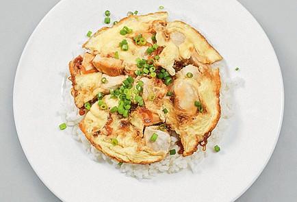 Фото приготовления рецепта: Оякодон (японский омлет с рисом и курицей) - шаг 8