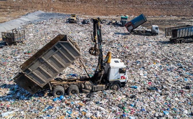 Россиян заставят дорого заплатить за вывоз мусора, но травить не перестанут