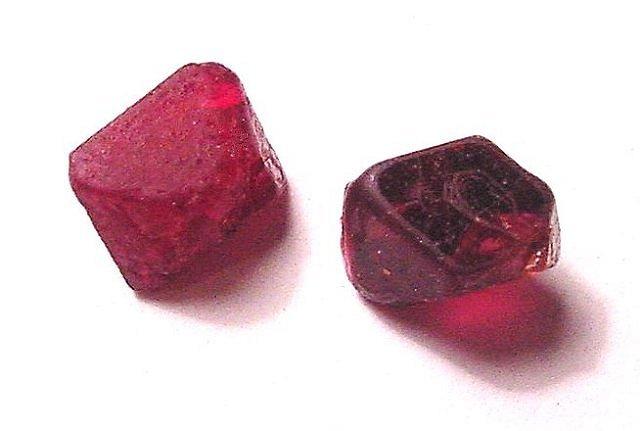 Благородная шпинель: разновидности, описание, свойства минерала, практическое значение