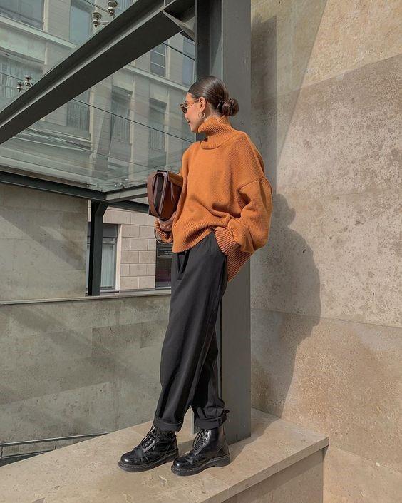 Девушка в серых просторных брюках, коричневый свитер оверсайз и ботинки